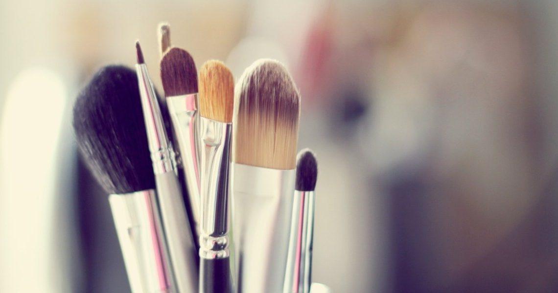 jak ukryć brak snu pod makijażem